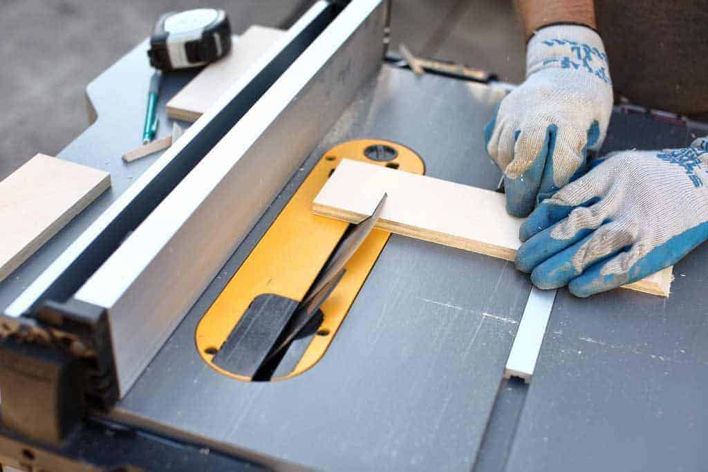 cut wood on the table saw