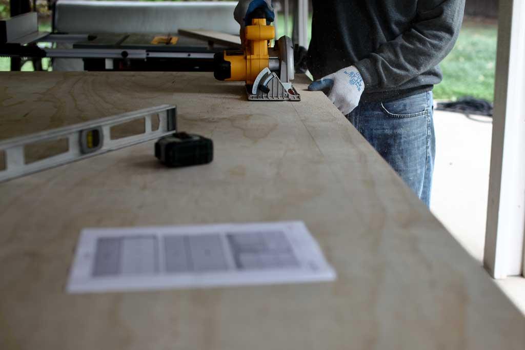 cutting plywood with skill saw