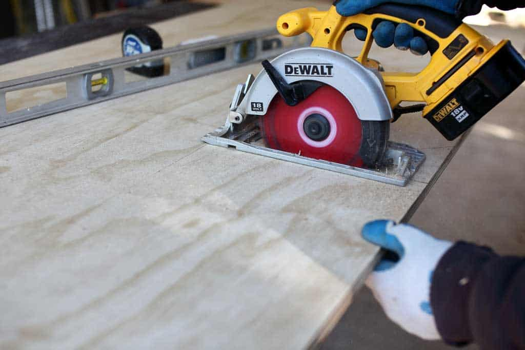 cutting plywood with skill saw